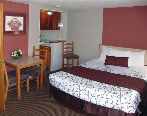 Deluxe Suite One Queen of Inn At Salmon Creek Hotel